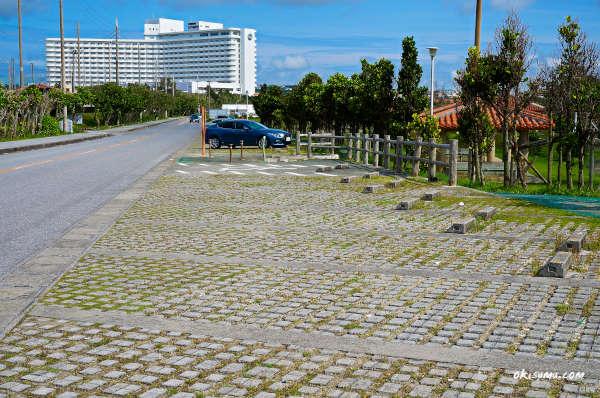 残波ビーチの奥の駐車場