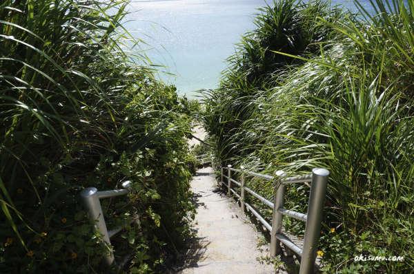 恩納村の穴場ビーチへ向かう階段