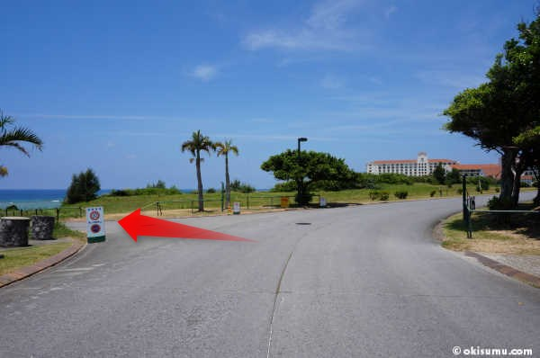 日航アリビラの前の道路