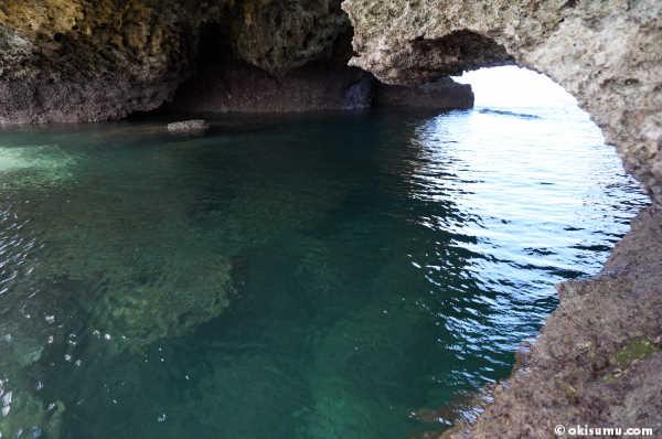 恩納村の無人島の洞窟